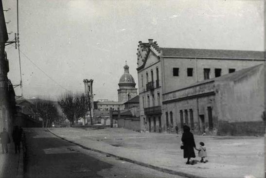 Edificis de Sant Adrià-Josep Soldevila i l'escola les Salesianes, al carrer del Segre.